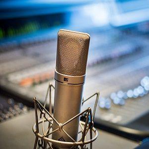 microphone pour voix off dans un studio d'enregistrement